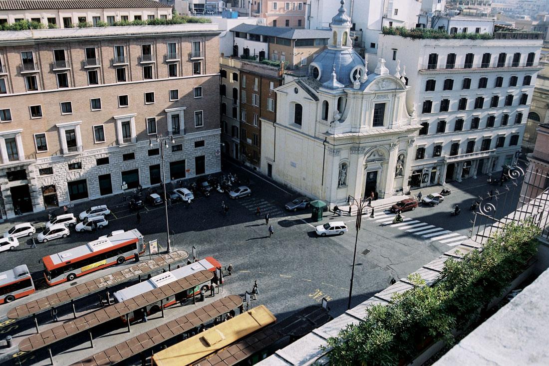 Piazza San Silvestro, qualche anno fa, non era isola pedonale