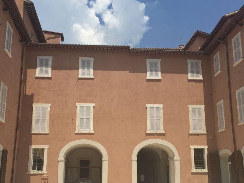 Il colore della facciata esterna è in armonia con i palazzi circostanti