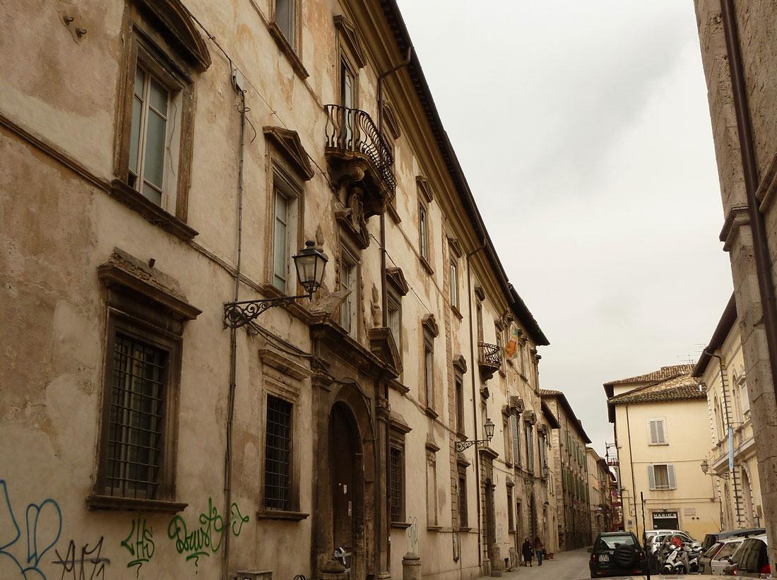 Palazzo Sgariglia è situato nel cuore di Ascoli