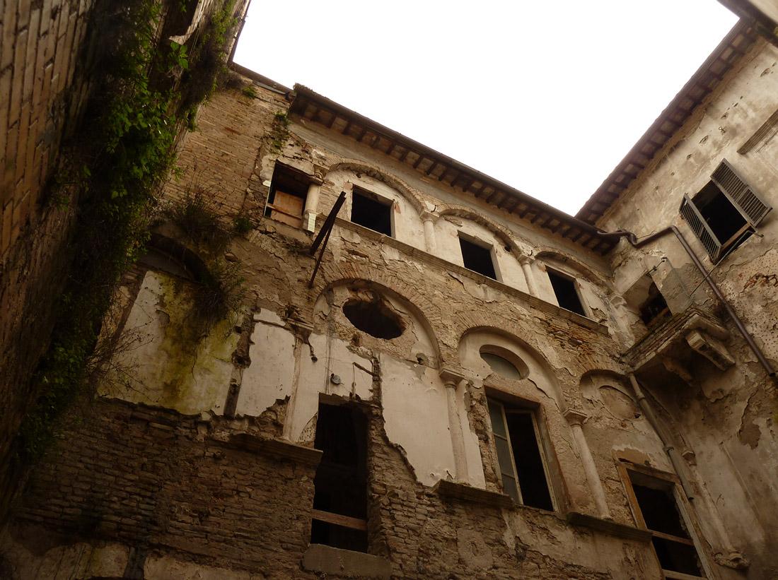 Incuria, abbandono e degrado: questo era Palazzo Sgariglia