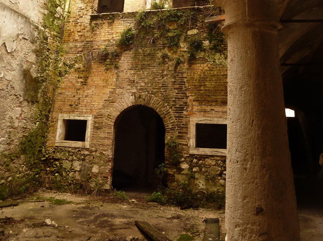 I cortili di Palazzo Sgariglia erano diventati simboli di degrado