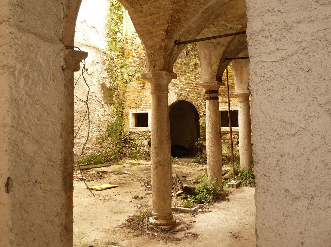 Gli interni di Palazzo Sgariglia versavano in condizioni di abbandono