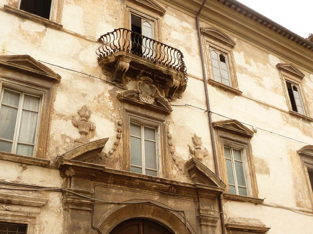 La facciata è stata restaurata a regola d'arte