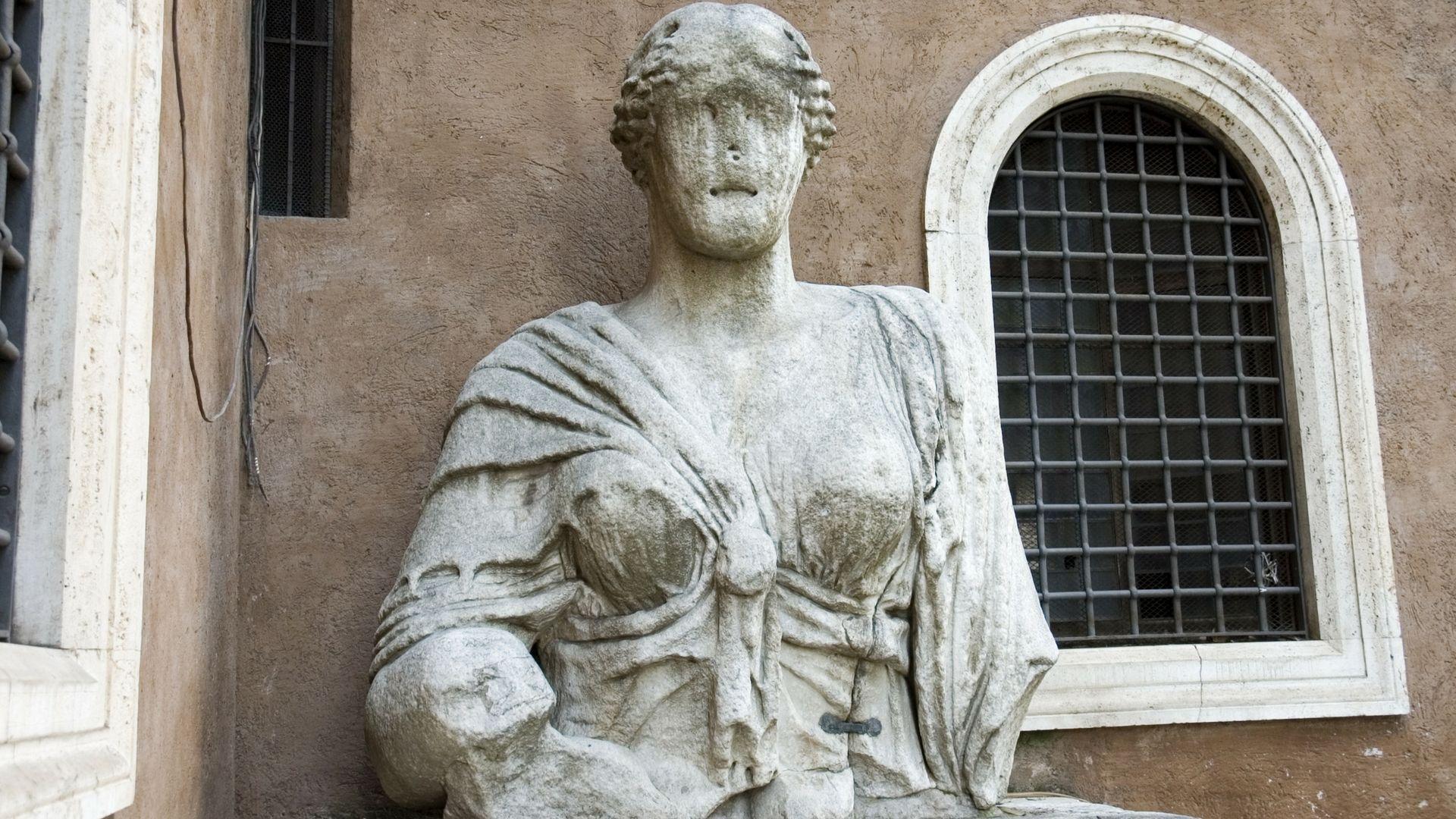 Madama Lucrezia statua piazza iside Roma
