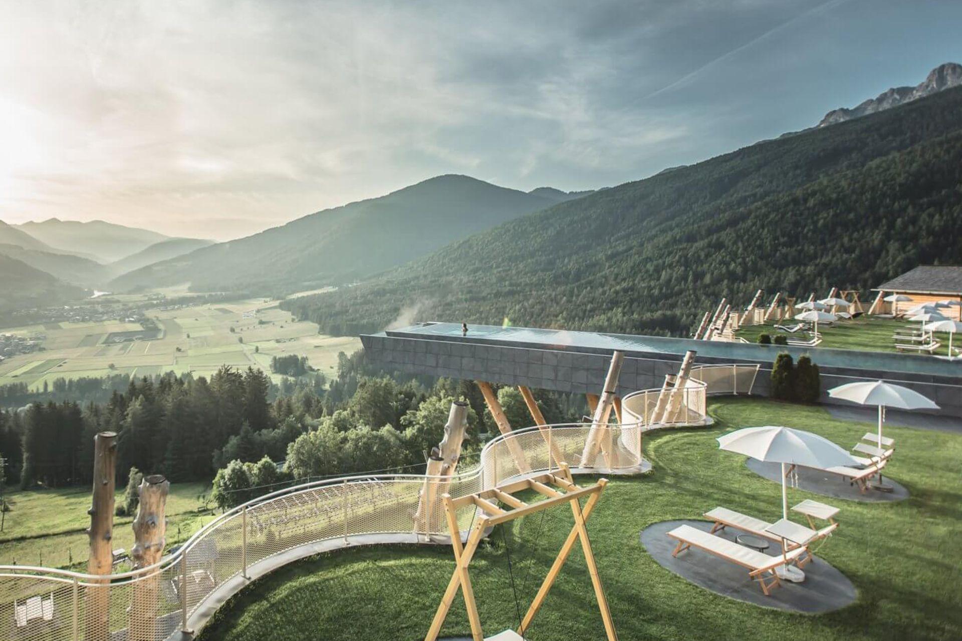 In piscina con vista sulle Dolomiti